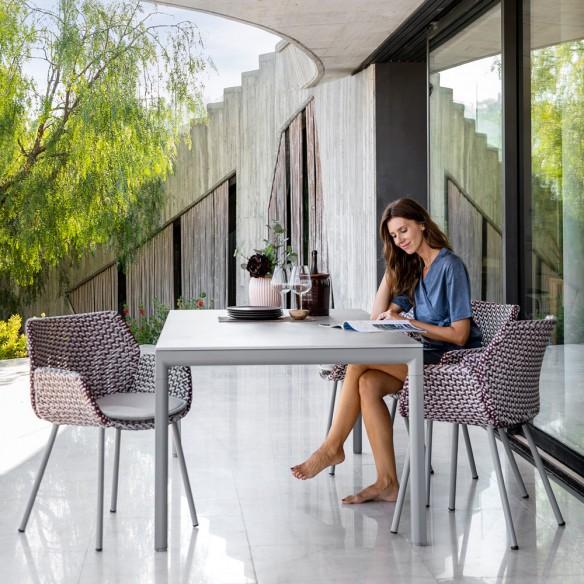 Chaise de jardin VIBE résine tressée gris clair/bordeaux/rose Cane line