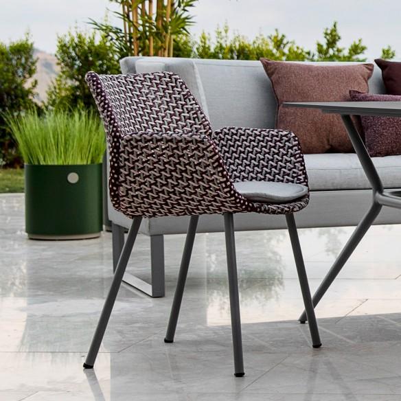 Cane Line Chaise de jardin VIBE résine tressée gris clair/bordeaux/rose et coussin gris clair